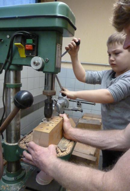 Abbildung von der Arbeit in einer Werkstatt mit Kind